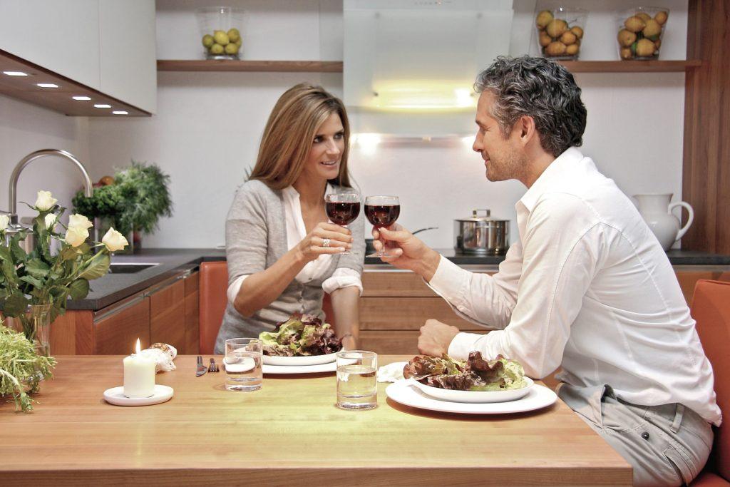 Küche Paar Wein